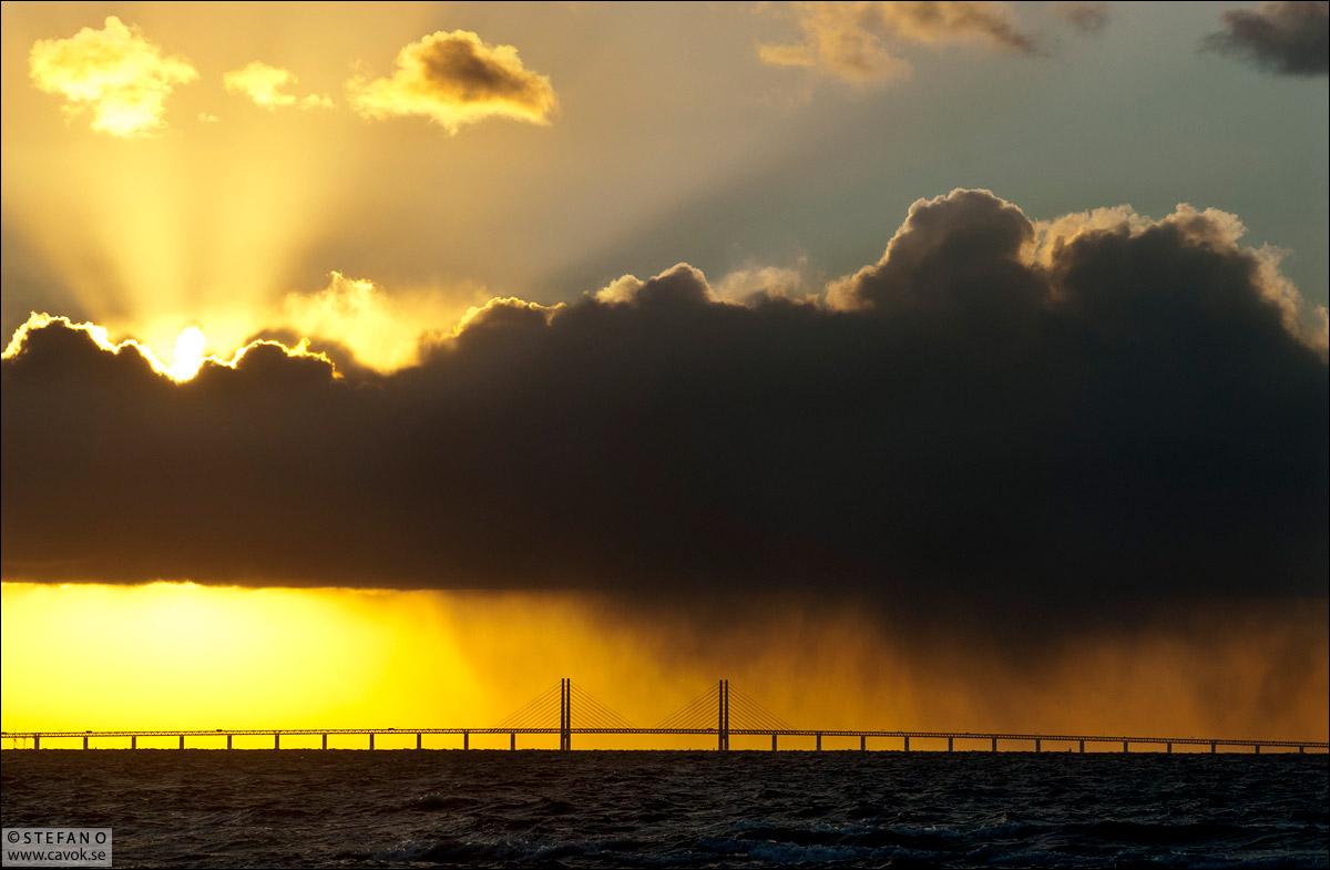 Sol och regn över Öresundsbron.